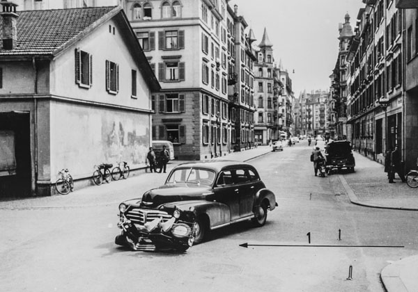 Accident de scooter à un carrefour, en 1959